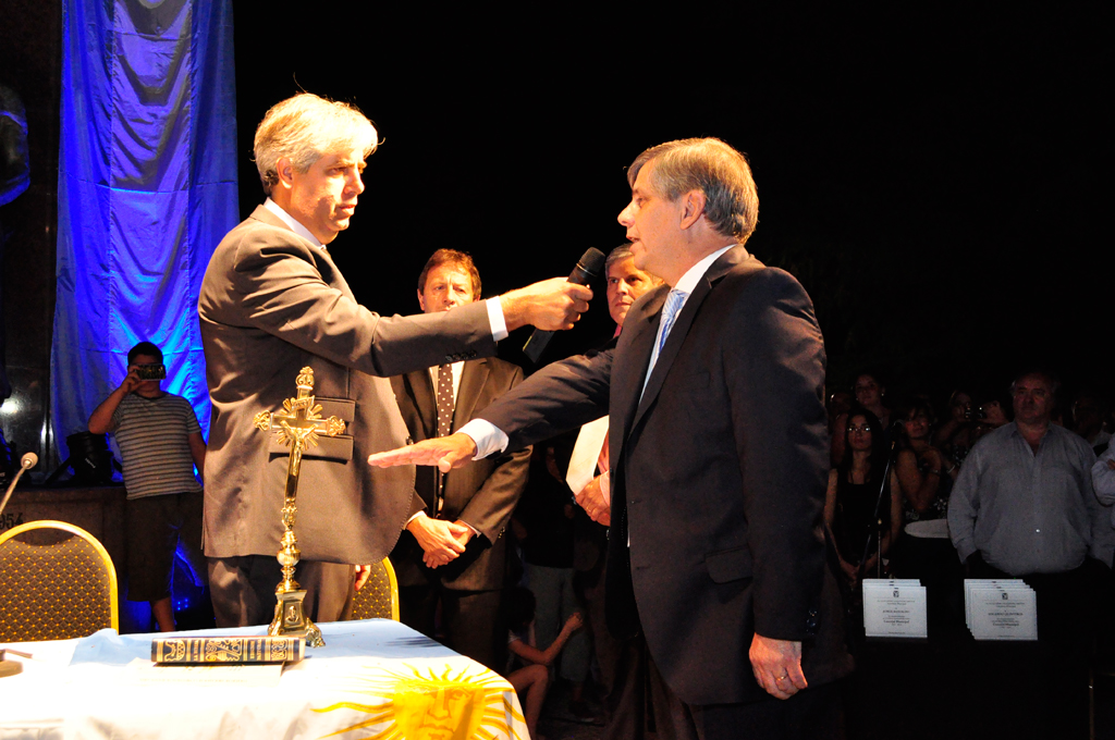 Lucas Burgos toma juramento de Guillermo Britos