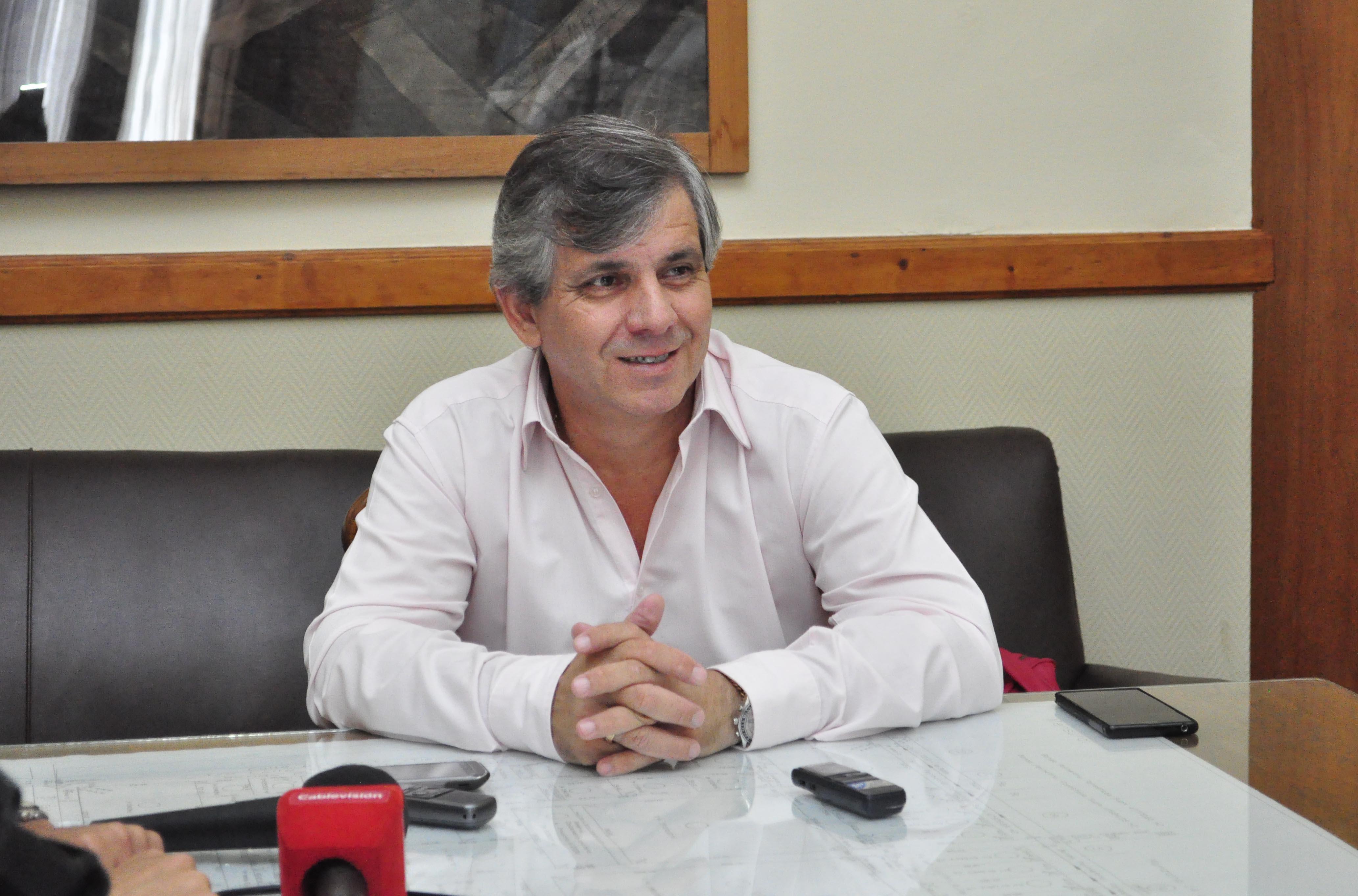 El Intendente Dr. Guillermo Britos en su despacho