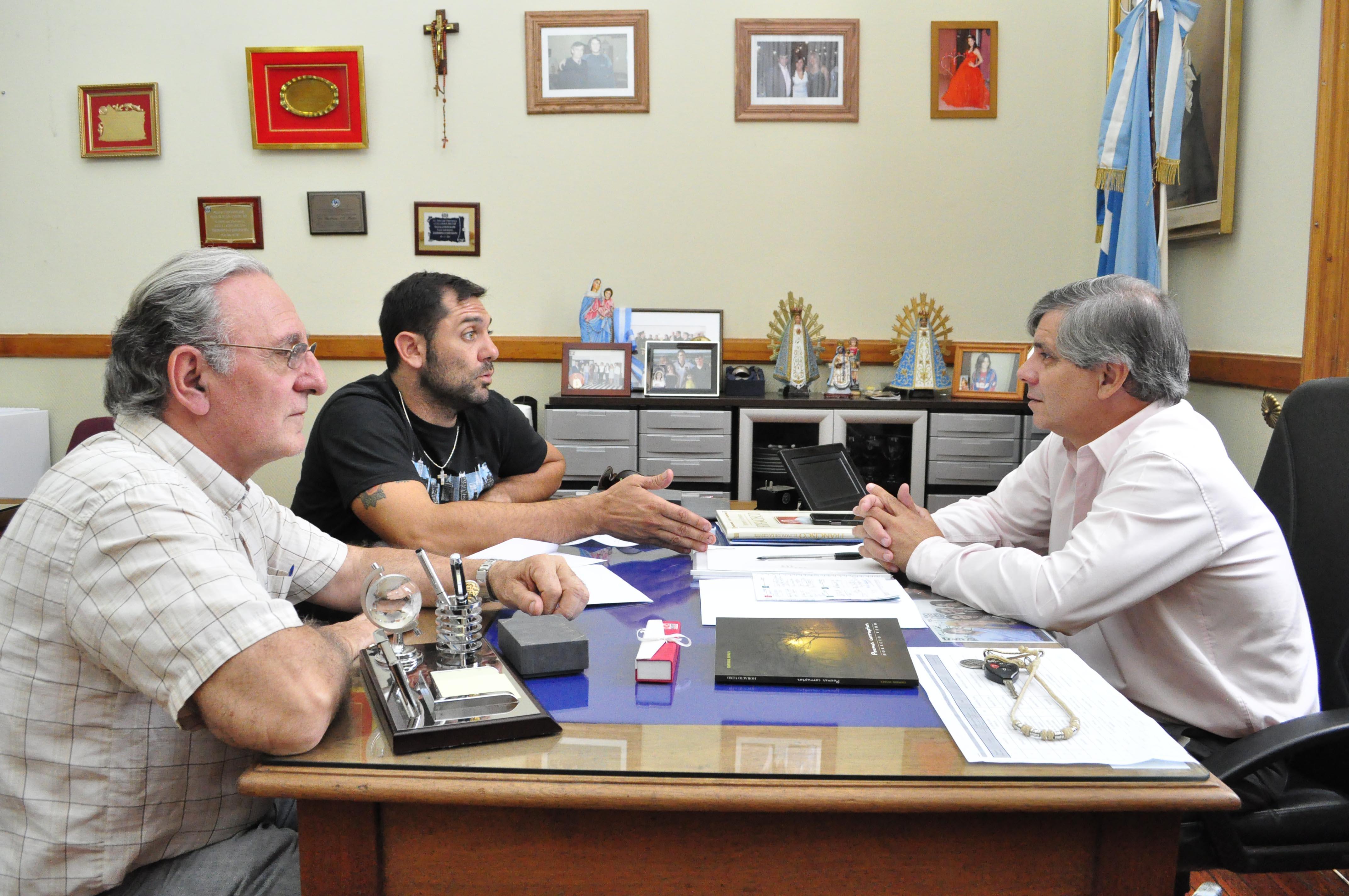 El Intedente Guillermo Britos en su despacho junto a los responsables de la empresa Nitruración Chivilcoy