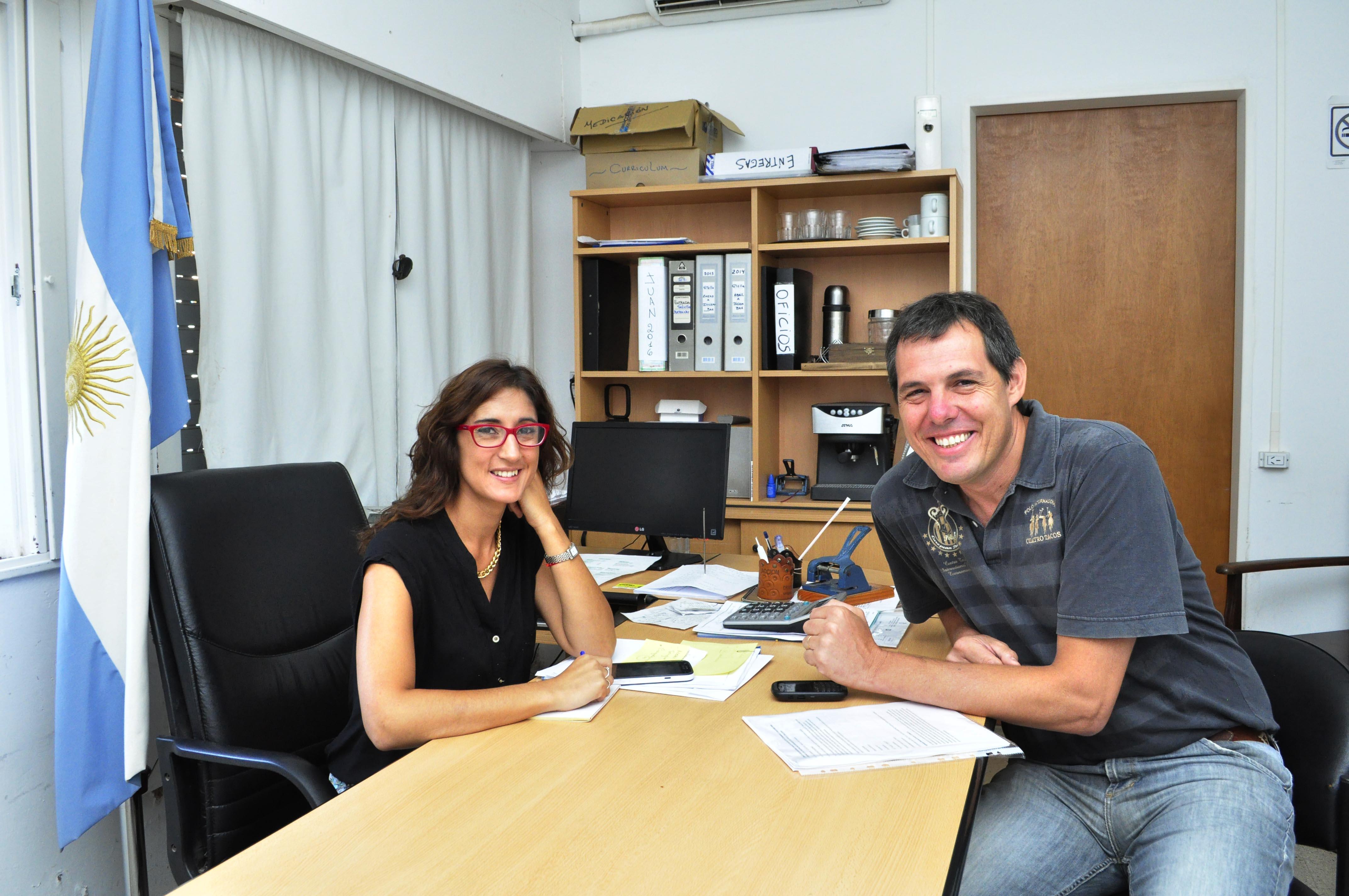 La Directora de Desarrollo Social, Maria Laura Azcola junto a Gustavo Martinez