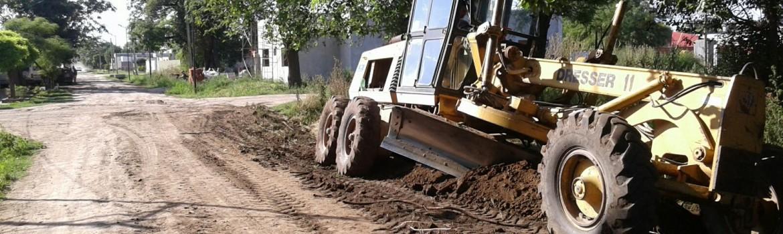 Maquinaria trabajando en el alteo y reparación de calle