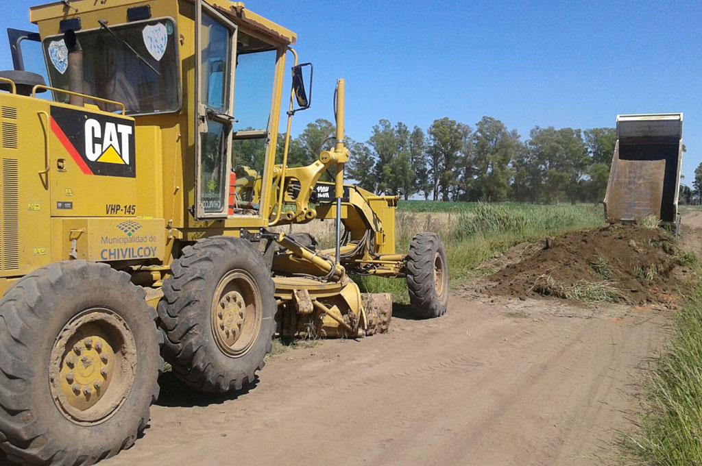 Maquinarias realizando el alteo y relleno de caminos rurales