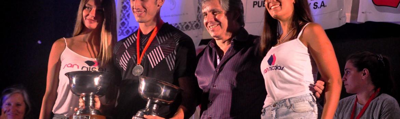 Guillermo Britos entregndo el premio a Tomás Spano