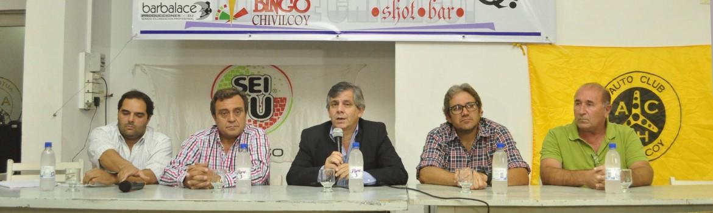 Autoridades del Auto Club Chivilcoy junto al intendente Guillermo Britos en conferencia de prensa