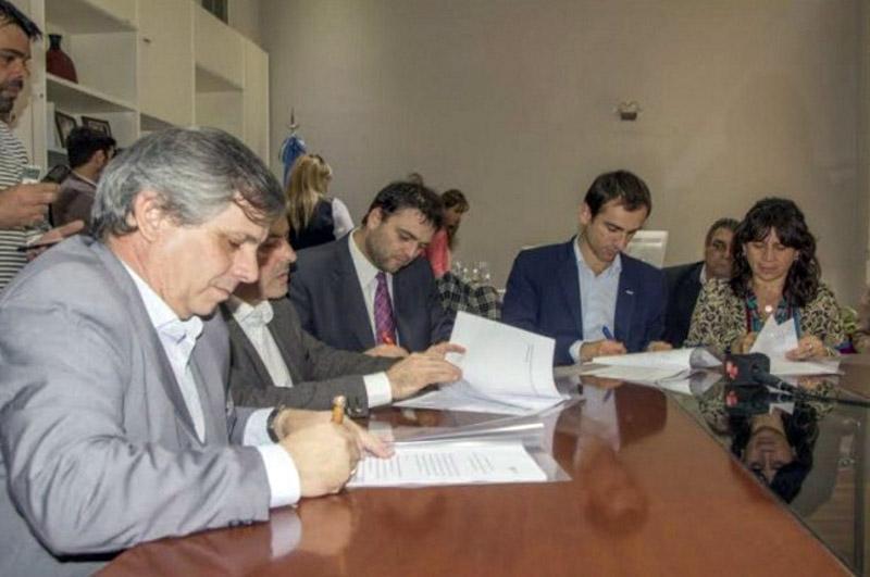 Guillermo Britos firmando el convenio con el Ministerio de Salud
