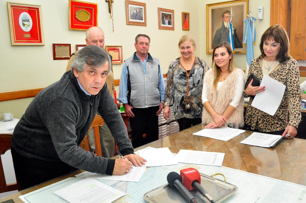 Guillermo Britos realizó la firma de los convenios junto a productores, con el acompañamiento de la Directora de Rentas Cintia Bianchi y la directora de Producción y Empleo Cristina Dell'Immagine