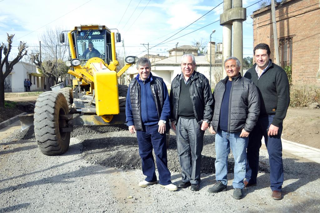 Guillermo Britos, Pedro Filardi, Eduardo Alonso y Daniel Brocchetto en la obra de cordón cuneta