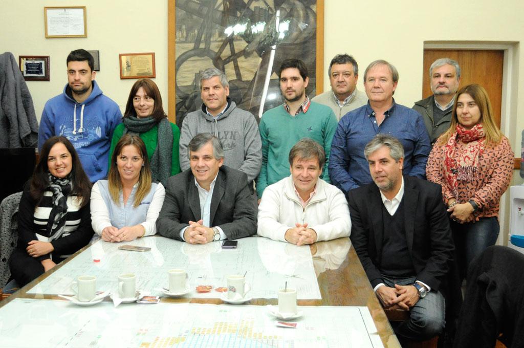 Dirigentes políticos de Junín junto al intendente, secretario de Seguridad y concejales de Chivilcoy