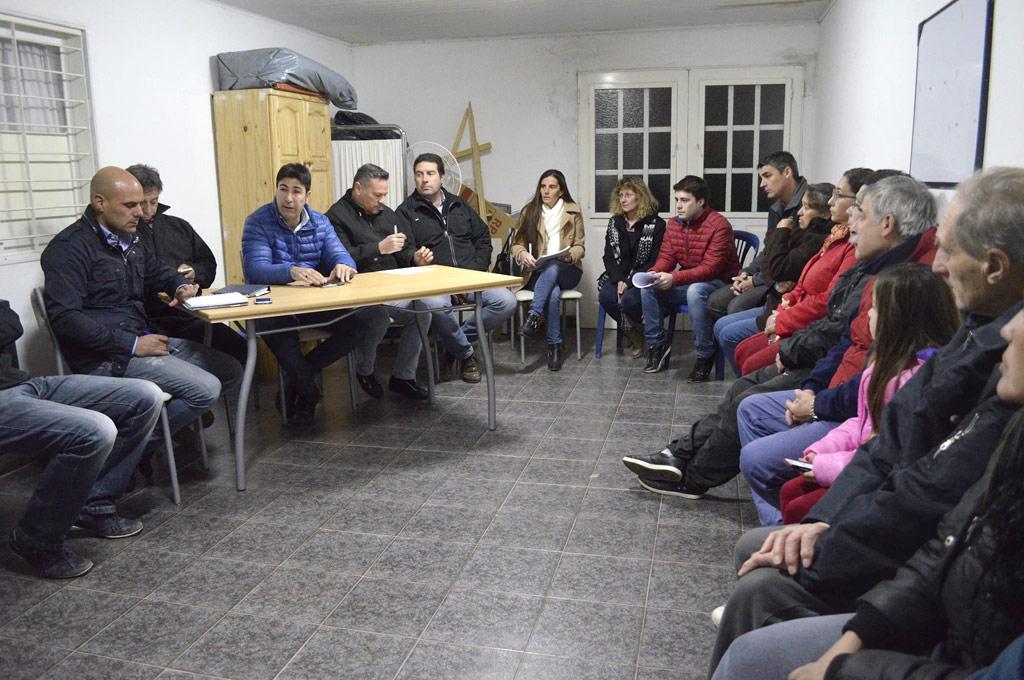 Reunión llevada a cabo entre vecinos y funcionarios